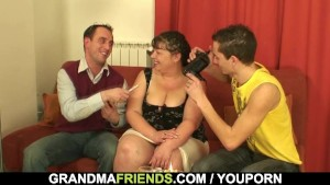Mature babe takes two rods from both sides