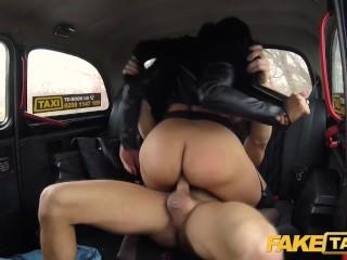 Prsnatá latinka šuká na zadnom sedadle taxíka