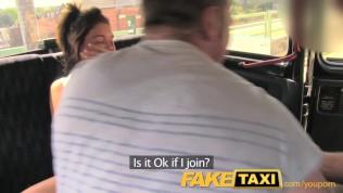 FakeTaxi Zabawa czas para w tylnejściu taksówki trójkąt