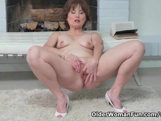 Euro Milf Alice Sharp Fingers And Slaps Her Old Cunt -7847