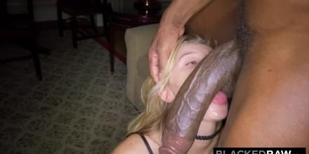 Tiny tiener nemen Big Cock zwarte meisjes eten natte pussy