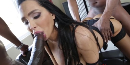 La cagna ha punito con forza nella bocca lasciva, la sua irritazione del buco e strappa il cappuccio indietro, Amy sa anche qual è il cazzo del gruppo, quando i.