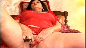 Granny fingers her pussy for you