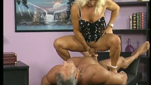 Mature lady with pierced pussy