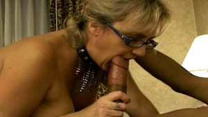 Mature woman sucks his dick for her pizza pie