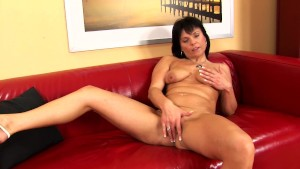 Mature Linette plays with her dildo