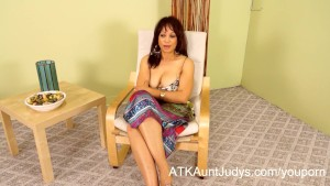 Hot Milf Lala Bond gives a full presentation of herself