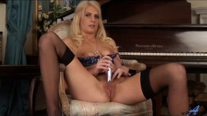 Lonely sexy Cougar fingers hairy cunt