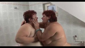 Fat lesbo insertions in a tub