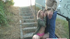 胖乎乎的金发少女在public.mp4被一个陌生人搞砸了