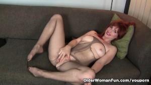 American milf Amber Dawn pleasures her nyloned cunt