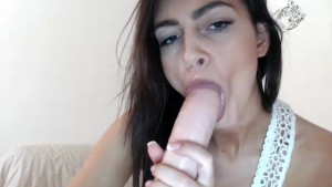 Stunning girl playing with her dildo live on cam