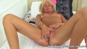 English milf Ellen fingers her wide open gash