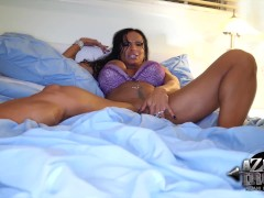 Huge clit muscle babe rubs vib on her pussy