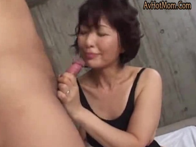 Japanese Milf Seduces Young Man Uncensored - Vidos Porno -8824
