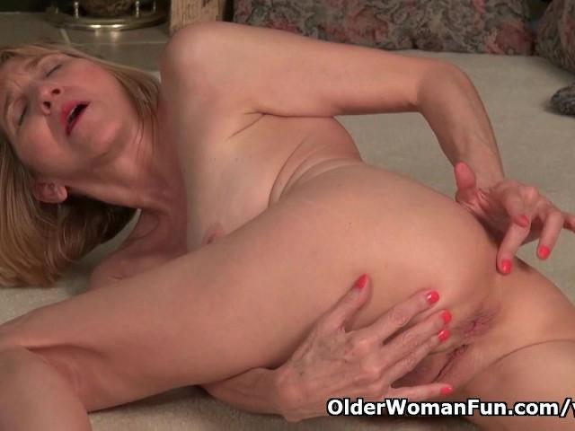 La abuela flaca Bossy Rider trabaja su viejo coño - Porno gratis-7401