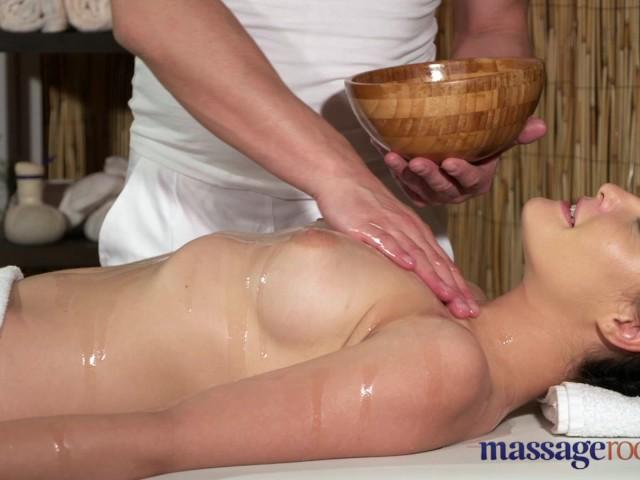 Salas de masaje joven tetas naturales morena tiene sacudidas de piernas-8609