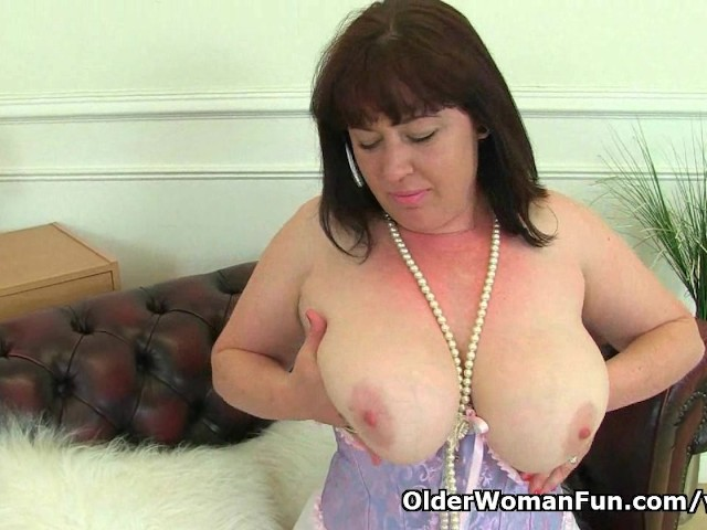 British Milf Janey Works Her Deliciously Hairy Pussy - Video Porno -1403