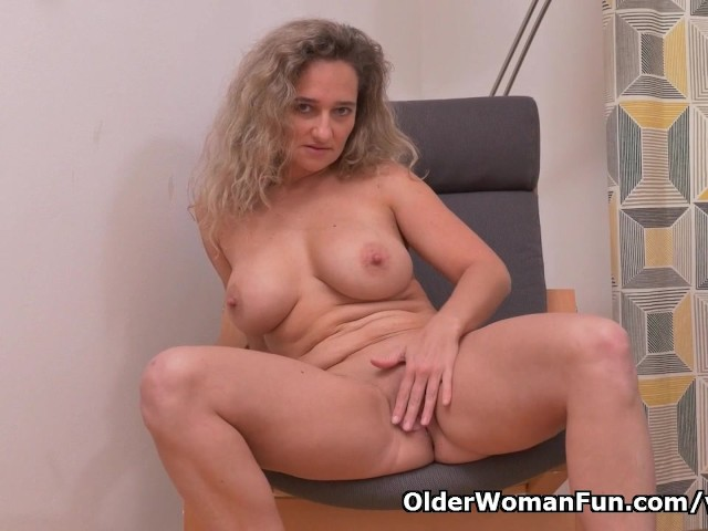 image Euro milf ameli manhandles her pussy with her fingers