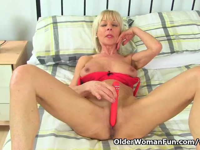 British Gilf Elaine Toys Around With Her Dildo - Free Porn