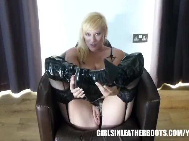 black-pussy-in-leather-boots-pantyhose-flashing-picture