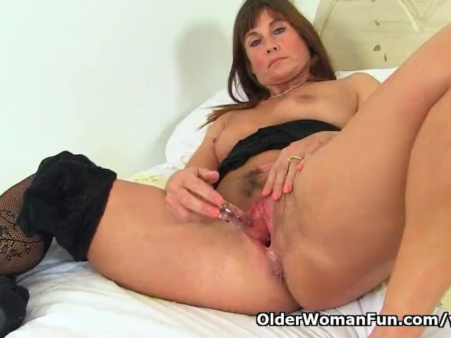 English Milf Lelani Dildos Her Fanny and Rubs Her Arse