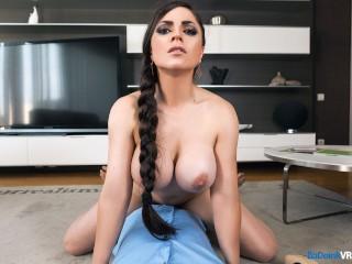 Mladík si nahráva sex s prsnatou milfkou