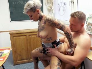 Potetovaná spolužiačka miluje sex