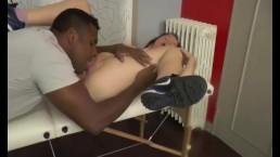 Video Porno A brunette...