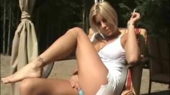 Amateur babe outside play- NaughtySarahAtHome