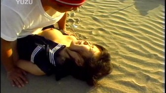 Fucking a cute asian girl on the beach - Pompie