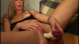 This MILF likes to taste her juices
