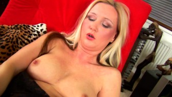 Kirsten makes herself squirt