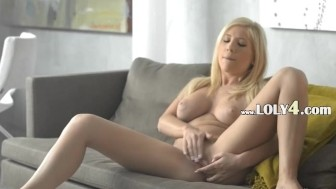 Super hot blondie babe rubbing the clit
