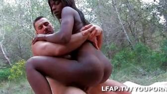 Petite Black sodomisee comme une chienne dans les bois