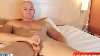 Str8 french guy get shaked his big cock by a uy despite of him !