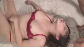 Serious threesome along babe in red lingerie, Mizuki Ogawa