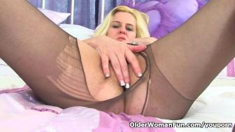 British milf Tori stuffs her pussy with sex toy