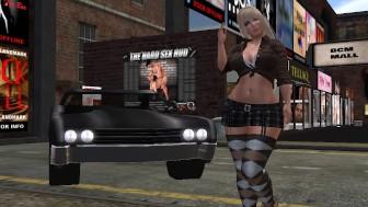Une jolie blonde virtuelle en kilt et en bas